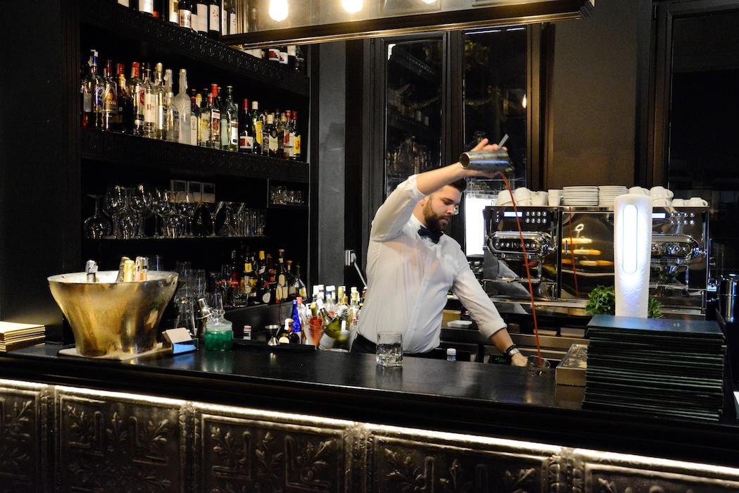 Lorenzo in der Bar des 'The Principal Madrid' mixt die beste Bloody Mary