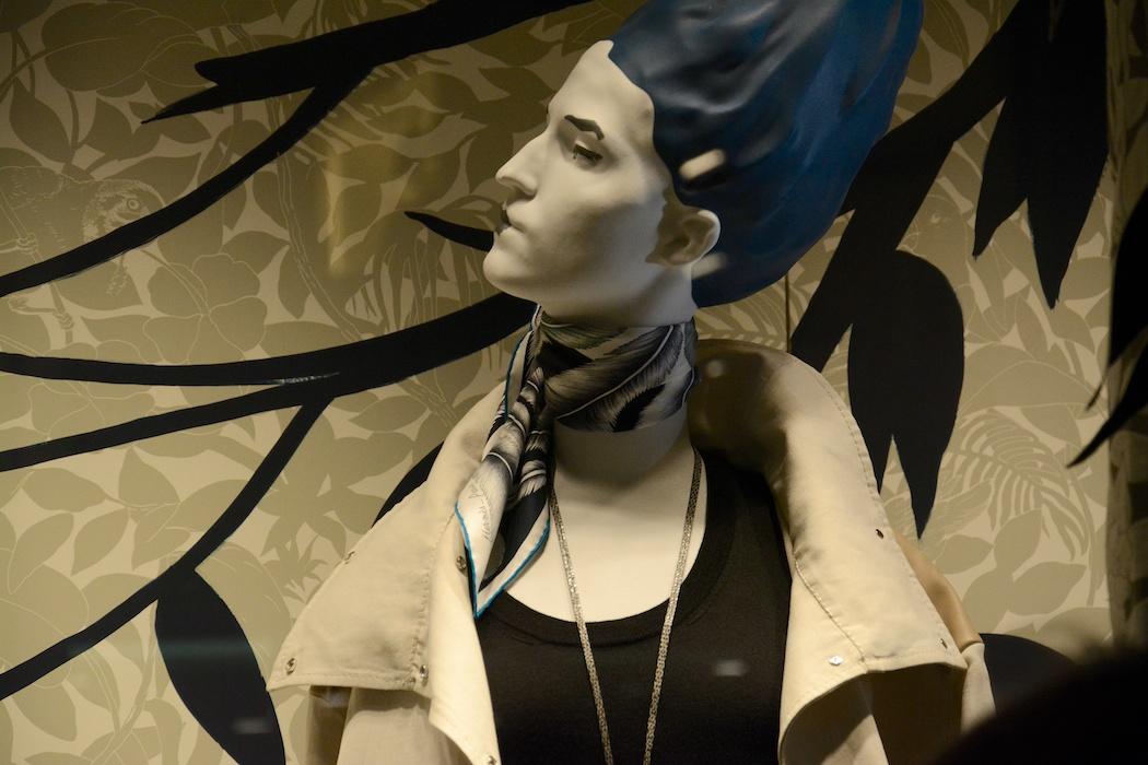 Madame Hermès zeigt ein elegantes Profil