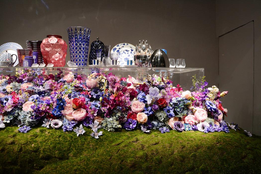 Hier sind die Blumen nicht in der Vase, sondern darunter, Printemps/Paris