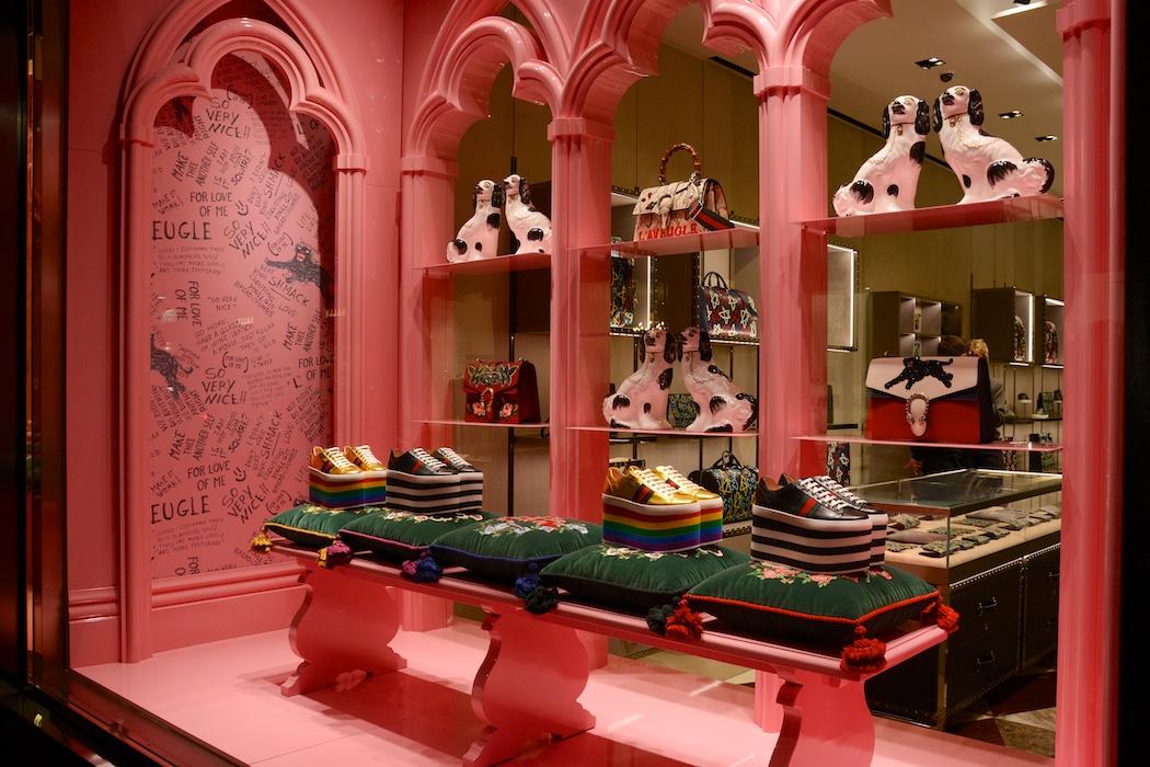 Rosa Kreuzgänge bei Gucci