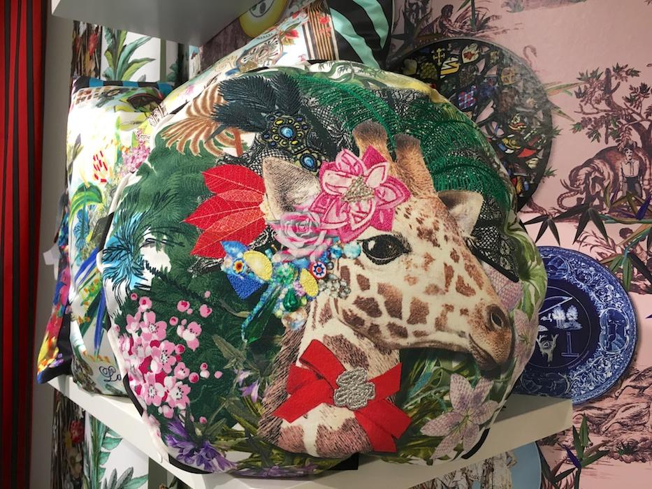 Festlich geschmückt zum Frühling! Die Giraffe von Christian Laccroix Home